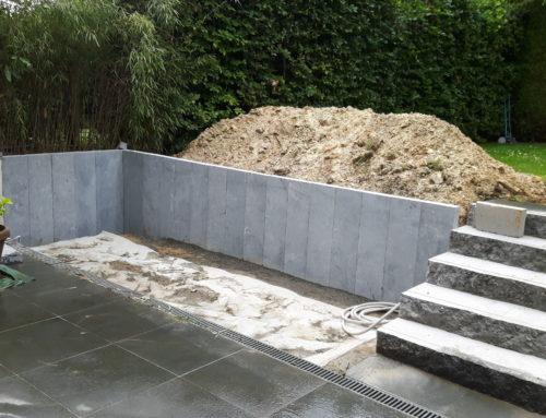 Aménagement d'une retenue de terre en pierres bleues et escalier