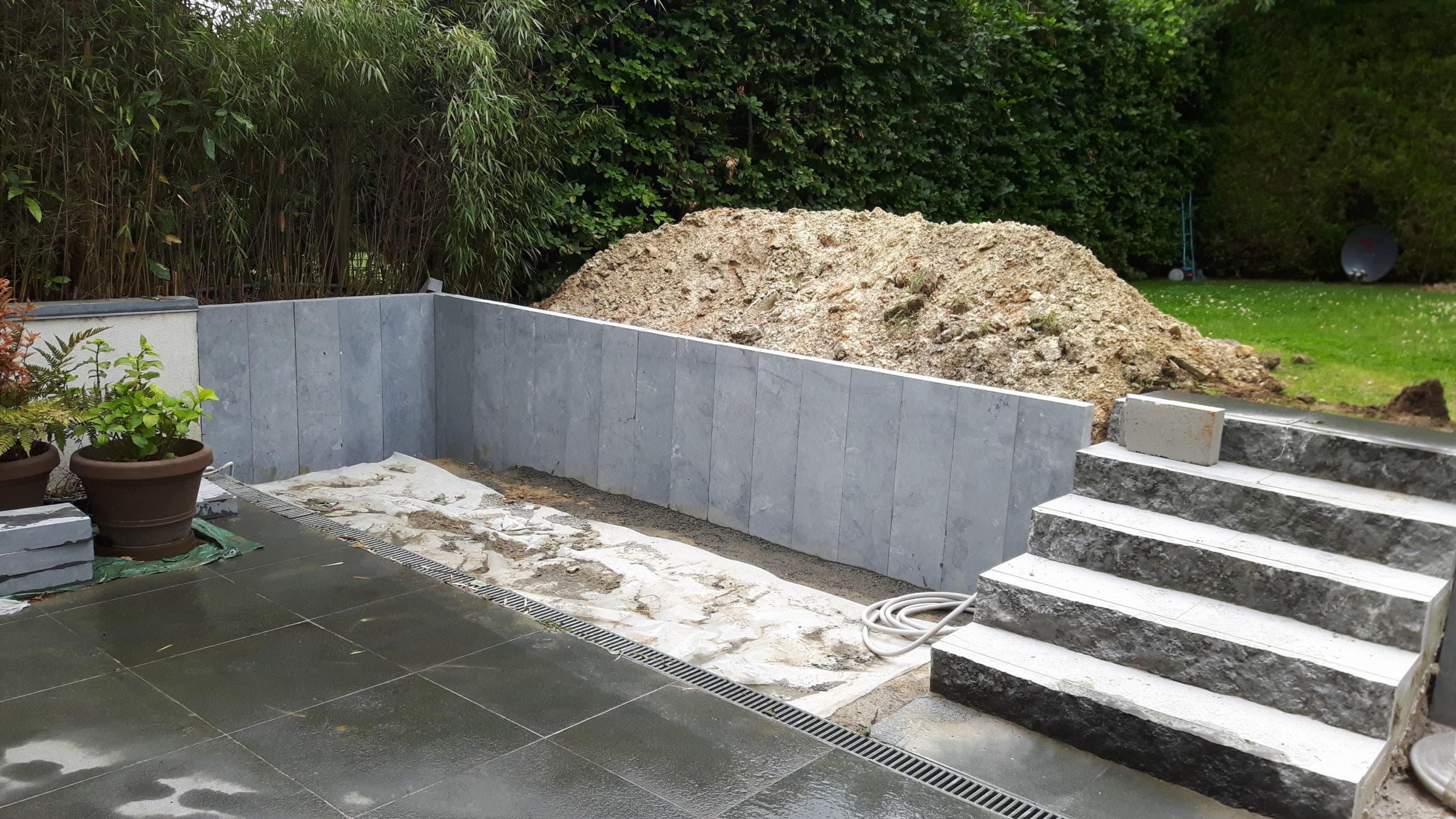 Aménagement d'une retenue de terre en pierres bleues type palissade et escalier