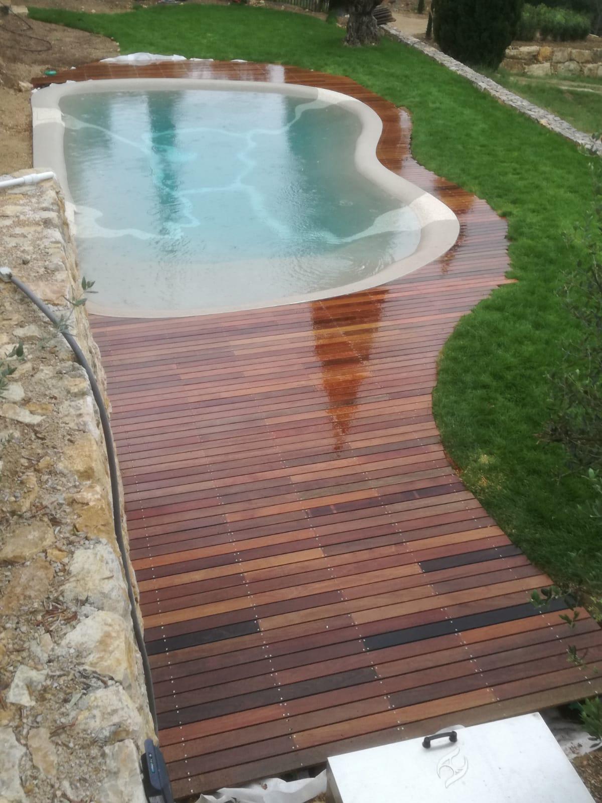 Terrasse en bois type Ipé autour d'une piscine
