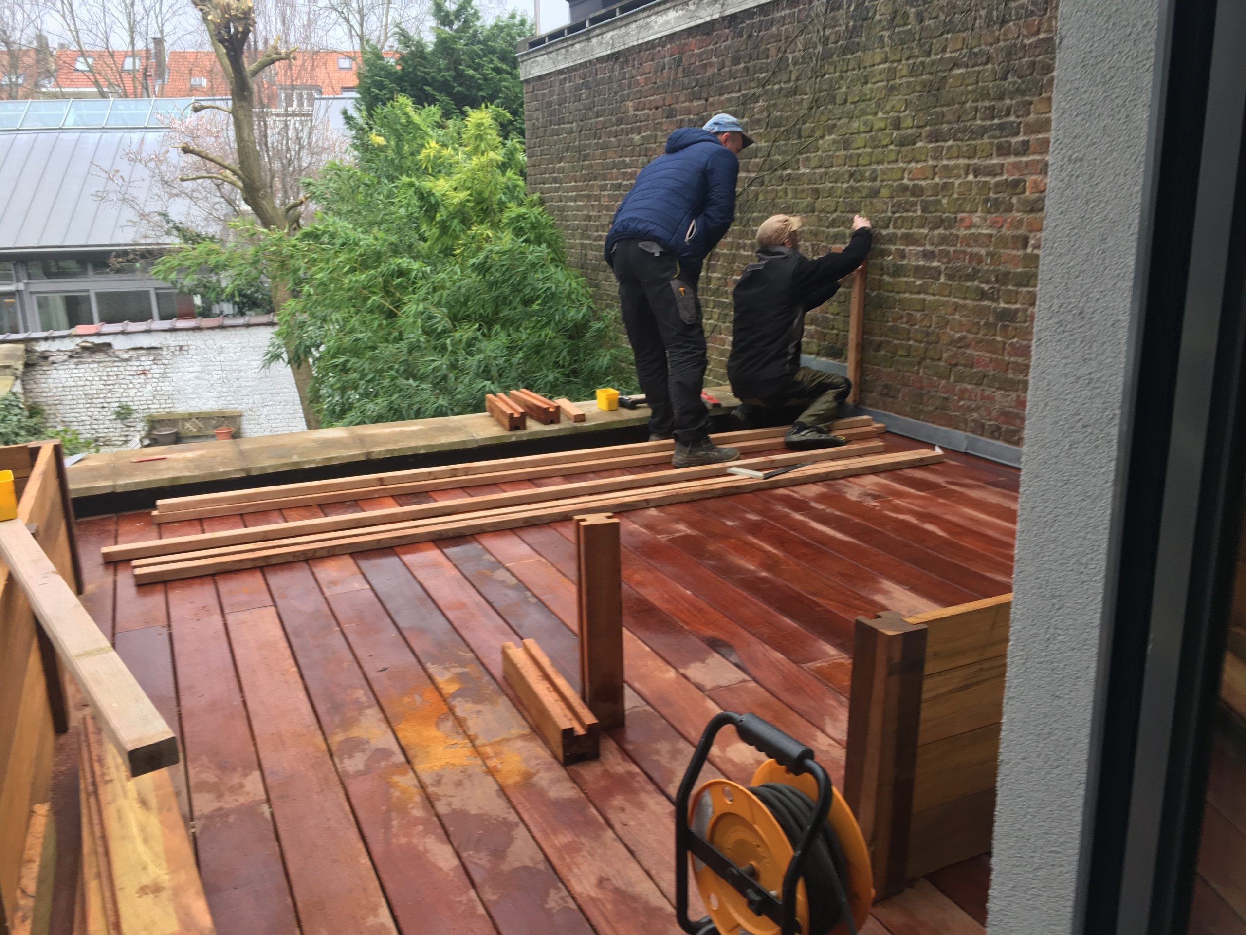 Aménagement d'une terrasse en bois type Cumaru sur plots réglables sur une plate forme en roofing